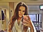 Bruna Marquezine posa de roupão: 'Esperando para gravar'