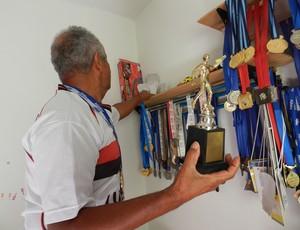 Idoso supera câncer e soma quase 300 medalhas na natação em Uberlândia (Foto: Caroline Aleixo/GLOBOESPORTE.COM)