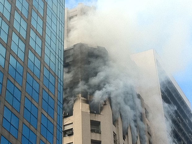 Muita fumaça nos andares atingidos pelo fogo no Edifício Swissair (Foto: Alba Valéria Mendonça/G1)