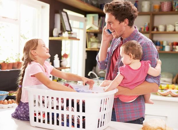 Pai e filhas labvando roupas (Foto: Thinkstock)