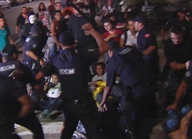 Garda Municipal agride manifestantes (Foto: Reprodução / TV Tem)