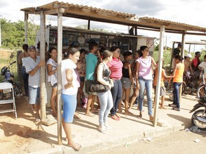 Familiares deos presos se reuniram em frente ao presídio em busca de informações. (Foto: Valdivan Veloso / G1)