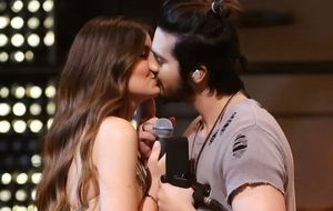 Luan Santana dá beijo em Camila Queiroz no novo clipe de 'Amor de Interior'; veja aqui