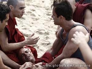 Monges ficam fascinados com o amor e Tenpa quase se afoga (Foto: Inácio Moraes/TV Globo)