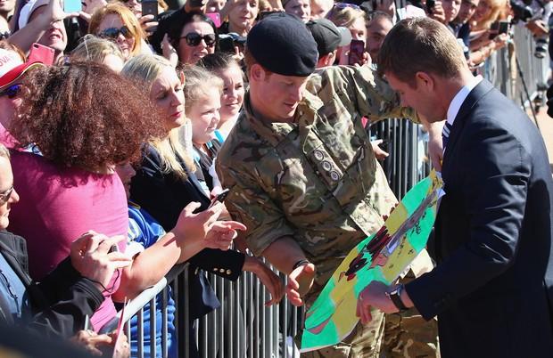 Príncipe Harry recebe presentes na Austrália (Foto: Getty Images/Agencia)