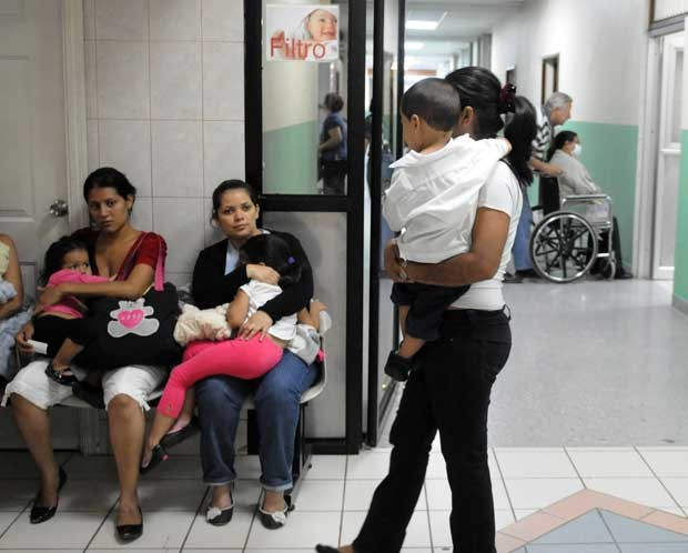Em Tegucigalpa, Honduras, mães aguardam atendimento para filhos com sintomas de dengue. (Foto: AFP Photo /Orlando Sierra )