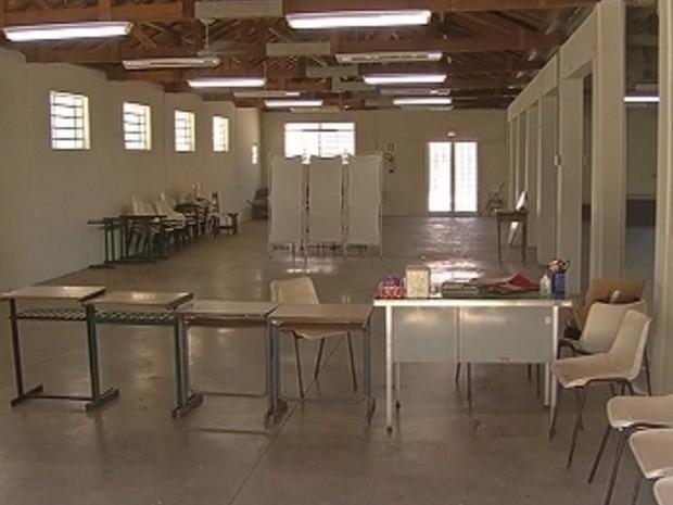 Salão paroquial é usada como posto de saúde improvisado (Foto: Reprodução/TV TEM)