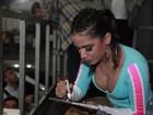 De shortinho, Anitta se apresenta e é assediada em show