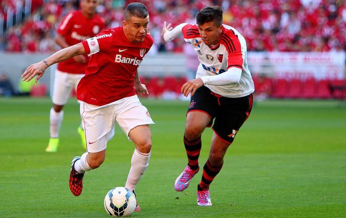 D'alessandro Internacional e Lucas MUgni Flamengo Estádio Beira-Rio (Foto: Agência Getty Images)