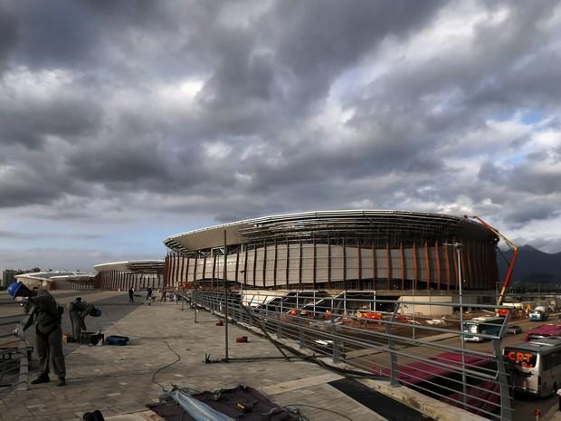 Operários trabalham no canteiro de obras da Carioca Arena, que será utilizada nas Olimpíadas de 2016, no Rio de Janeiro. A arena vai sediar esgrima, taekwondo e judô durante os Jogos Olímpicos (Foto: Sérgio Moraes/Reuters)