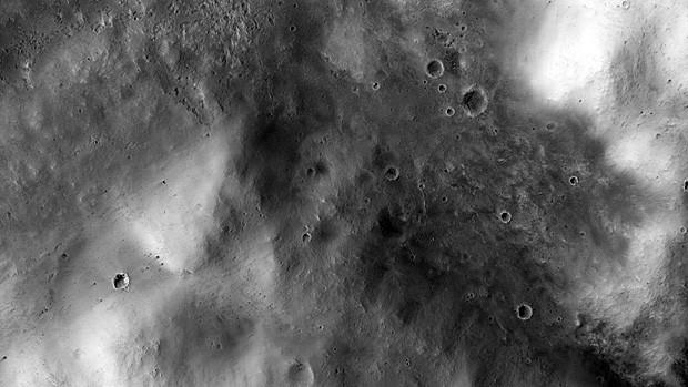 """A cratera Mawrth, de borda tênue, com marcas de impacto menores. Local aparece no filme """"Perdido em Marte"""" (Foto: JPL/Nasa/Univ. do Arizona)"""