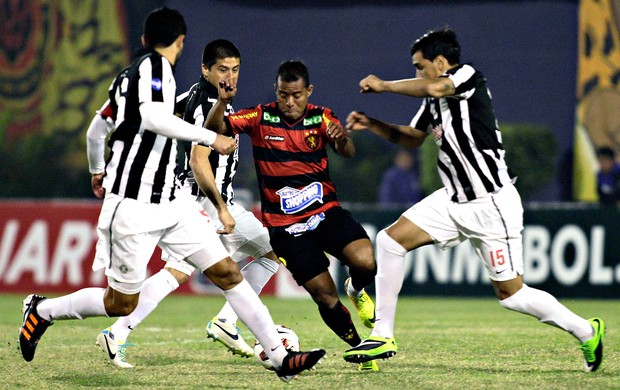 Marcos Aurelio jogo Libertad e Sport (Foto: Reuters)