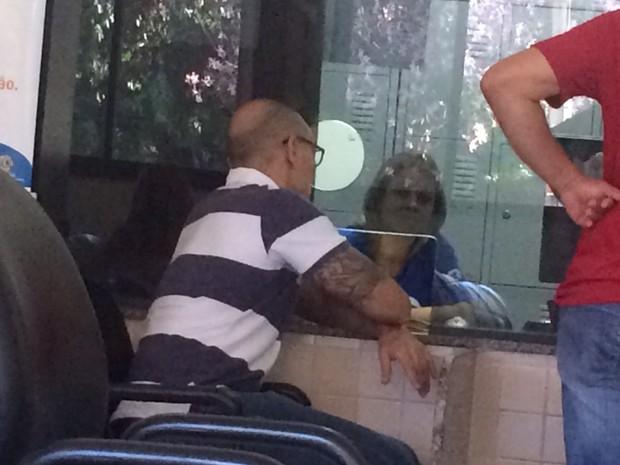 Pai de Cadu vai ao IML para liberar corpo do filho, em Goiânia, Goiás (Foto: Sílvio Túlio/G1)