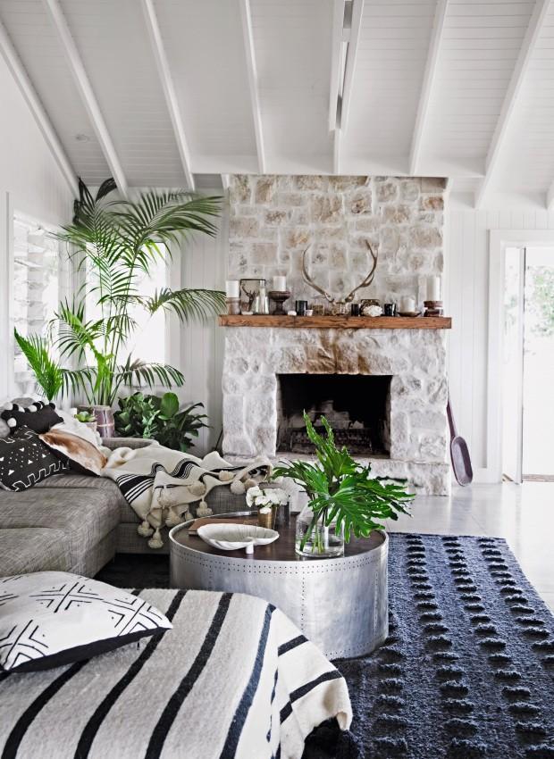 Living. A lareira revestida de pedras, que é utilizada pela família todos os dias no inverno, é o ponto de destaque na sala de estar (Foto: Chris Warnes Warnes & Walton / Living Inside)