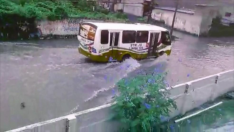 Rua fica alagada após chuvas fortes no Grande Recife (Foto: Reprodução/WhatsApp)