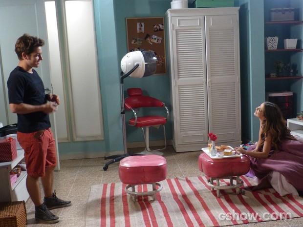 A alegria de Flaviana com o mimo de Serguei (Foto: Malhação / TV Globo)