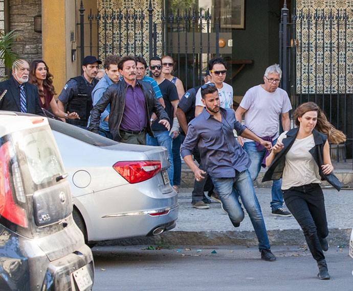 Cris tenta fugir ao receber o mandado de prisão (Foto: Artur Meninea/ Gshow)