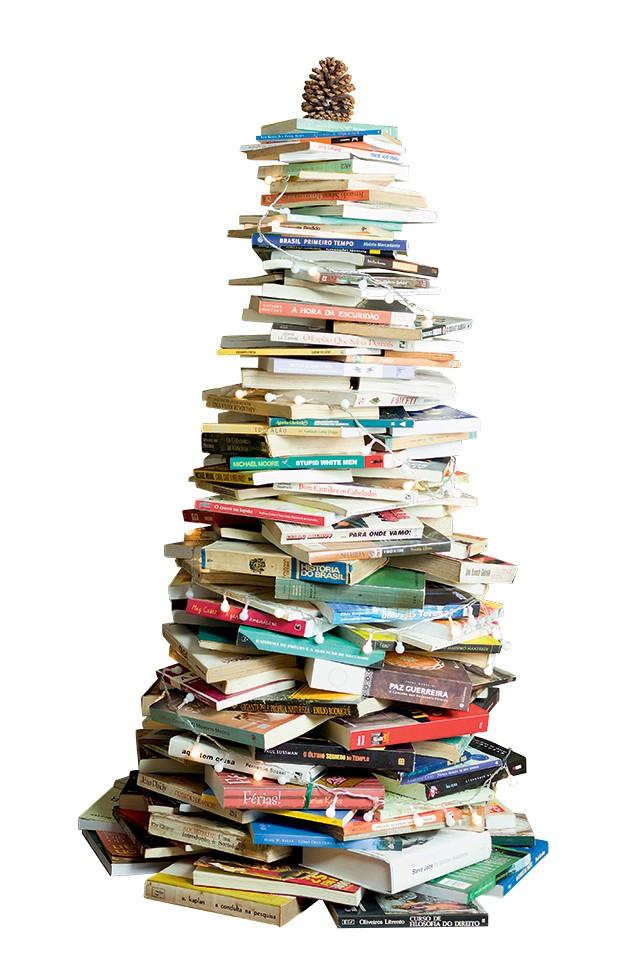 Faça um círculo com o diâmetro desejado da base e sobreponha em camadas os livros com as lombadas viradas para fora (Foto: .)