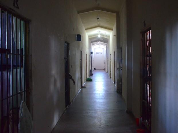 Corredor (pavilhão principal) é composto por 14 celas (Foto: Dani Fechine/G1)