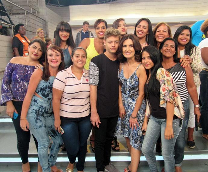 Nos bastidores do 'Encontro', a apresentadora tira foto com a plateia (Foto: Priscilla Massena/Gshow)