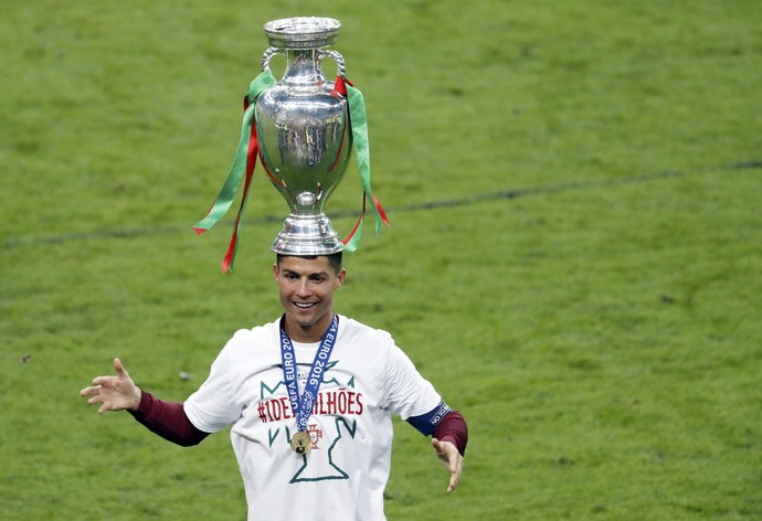 Cristiano Ronaldo taça troféu Eurocopa Portugal França (Foto: Charles Platiau / Reuters)