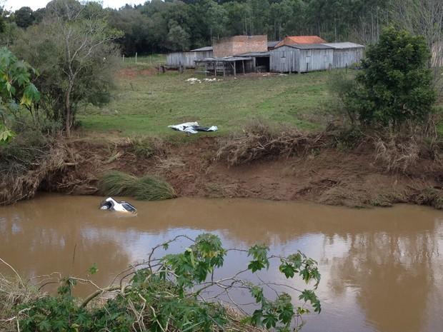 Vítimas foram encontradas nas águas de arroio, próximo a rodovia (Foto: Rafael Ristow/RBS TV)