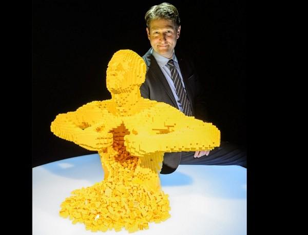 O criador Nathan e uma das obras em exposição na mostra The Art of The Brick (Foto: Divulgação)