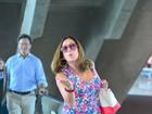 Susana Vieira é tietada por fãs ao embarcar em aeroporto no Rio