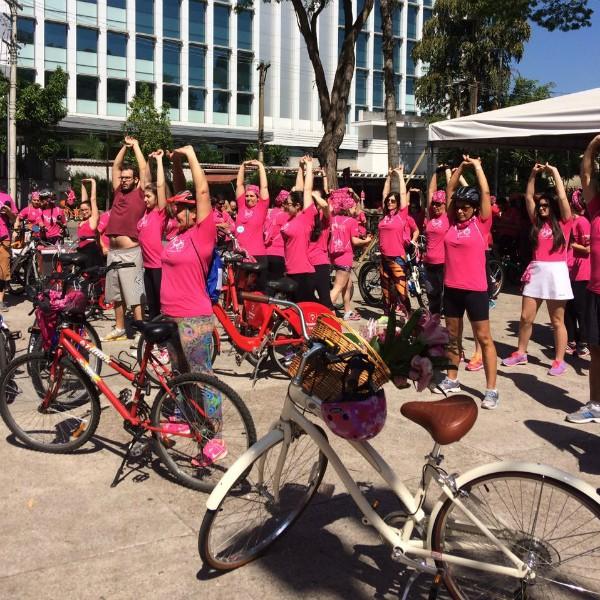 Grupo da Pedalada Rosa fez alongamento antes de pedalarem (Foto: Lu Angelo)
