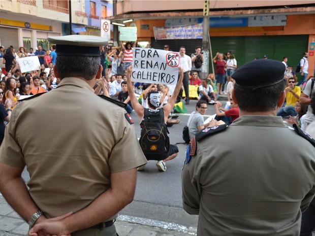 Protesto passou pela sede do Comando da Polícia Militar na Paraíba. Policiais acompanharam manifestação (Foto: Walter Paparazzo/G1)