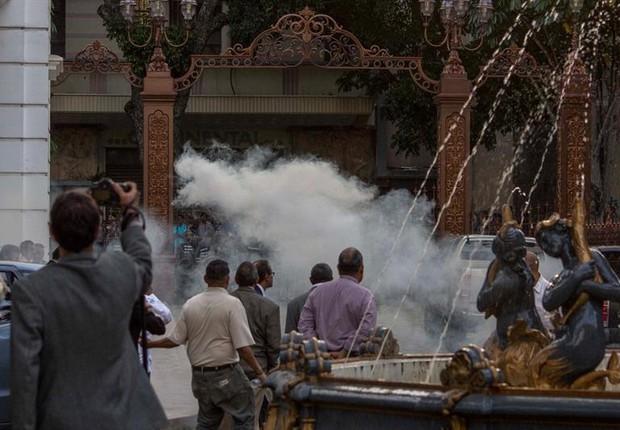 Manifestantes lançam fogos de artifício contra sede do governo na Venezuela em protesto contra governo de Nicolás Maduro (Foto: EFE)