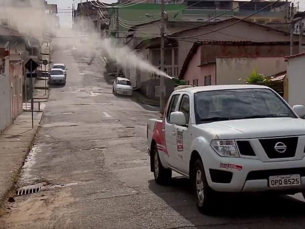 Uso de carros para borrifar inseticida, o fumacê, por grandes áreas auxilia combate a mosquito que pode transmitir febre amarela em áreas urbanas (Foto: Reprodução EPTV/Claudemir Camilo)