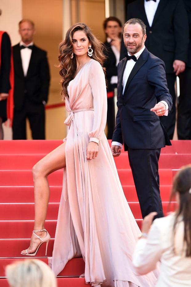 Izabel Goulart atrai todos os flashes no tapete vermelho de Cannes. (Foto: Getty Images)