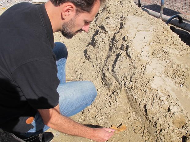 Cerca de 250 corpos foram encontrados a 30 centímetros do solo (Foto: Anna Gabriela Ribeiro/G1)