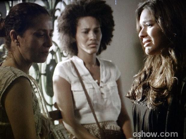Maria se recusa a olhar para Helena (Foto: Em Família/TV Globo)