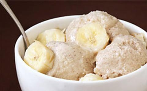 Sorvete de chocolate com banana e óleo de coco
