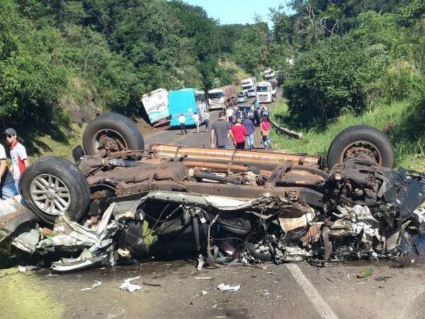 Caminhonete ficou destruída após acidente em rodovia (Foto: Arquivo pessoal/ Ivan Weber)