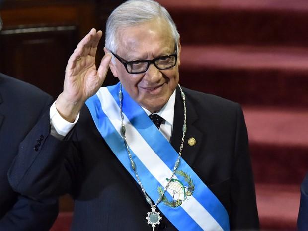 Alejandro Maldonado acena após ser empossado como novo presidente da Guatemala pelo Congresso, na quinta (3) (Foto: AFP Photo/Rdorigo Arangua)
