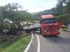 Caminhão tomba na Via Dutra, em Volta Redonda, RJ