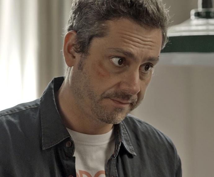 Romero se faz de bom moço e oferece quarto para a morena (Foto: TV Globo)