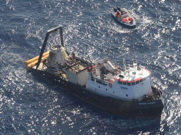 Imagem divulgada pela empresa SpaceX mostra navio com a cápsula Dragon já recuperada neste domingo (28). (Foto: Divulgação/SpaceX/Reuters)