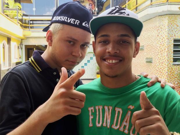 MC João, voz de 'Baile de favela', e R7, produtor da faixa, na casa da empresa GR6 (Foto: Rodrigo Ortega / G1)