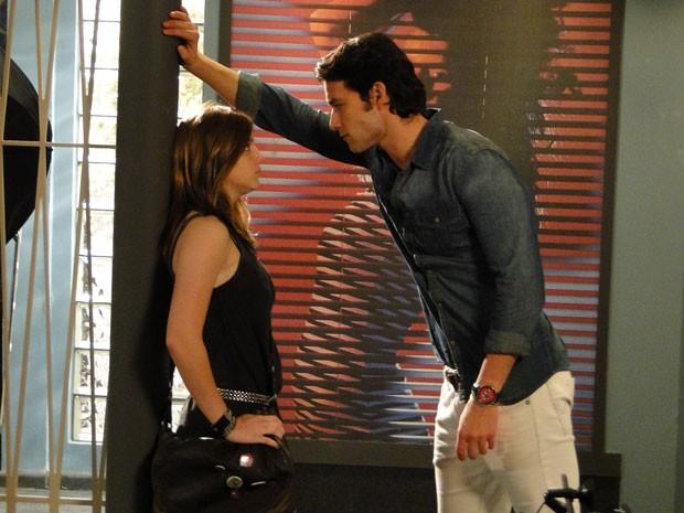 Em perigo, Lia enfrenta Lobo e deixa o falso fotógrafo nervoso (Foto: Malhação / Tv Globo)