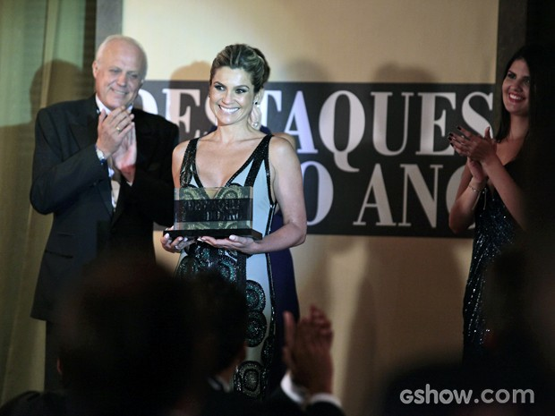Heloísa brilha no palco e recebe o prêmio  (Foto: Pedro Curi/TV Globo)
