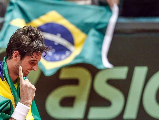 Copa Davis - Bellucci é carregado  (Foto: Vipcomm)