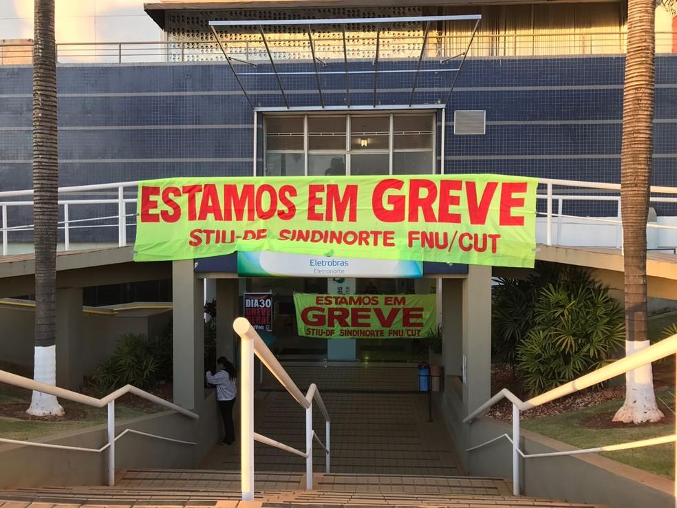 Faixas em frente à Eletronorte avisam que servidores estão em greve (Foto: Letícia Carvalho/G1)