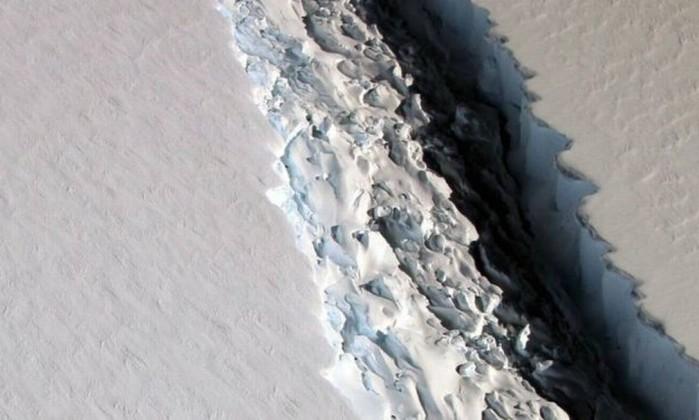Fenda que separa o iceberg da plataforma Larsen C (Foto: NASA)