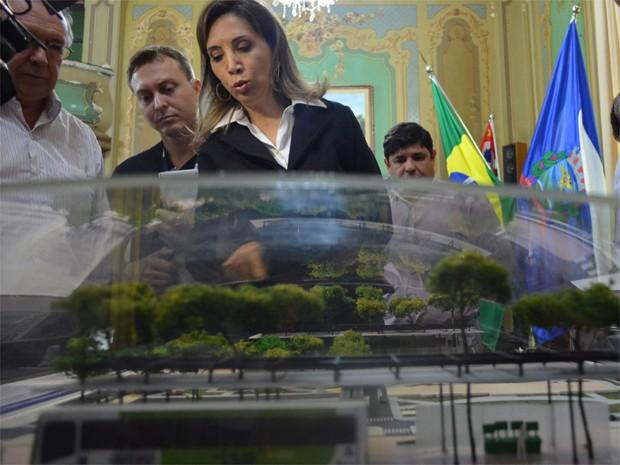 Dárcy Vera apresentou a maquete das novas plataformas de ônibus na Praça das Bandeiras (Foto: Adriano Oliveira/G1)