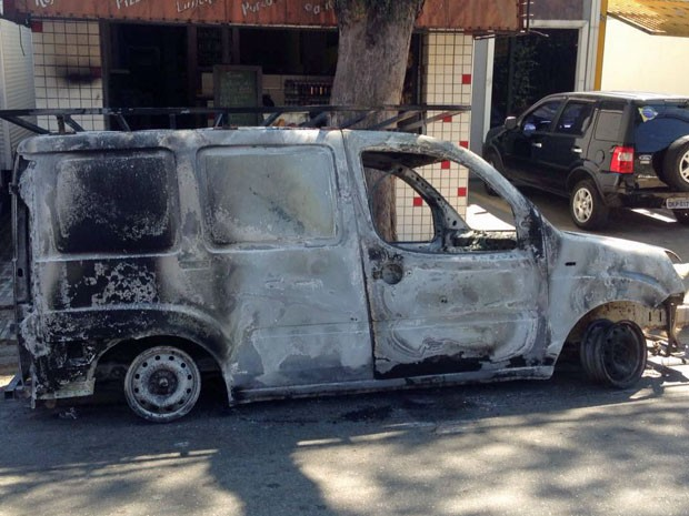 Van foi incendiada durante ação de bandidos em Santo André (Foto: Glauco Araújo/G1)
