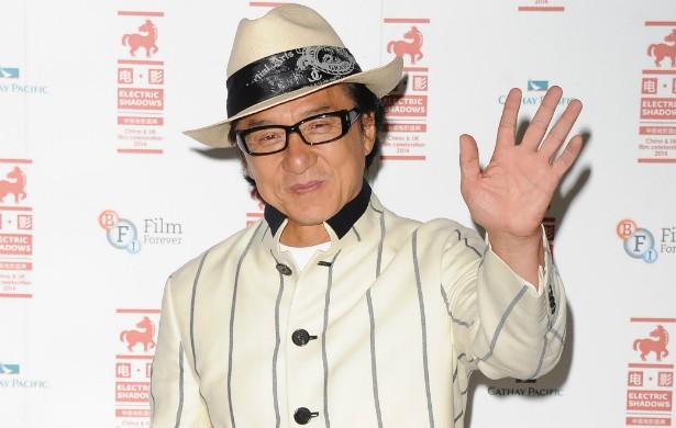 Jackie Chan é mestre das piruetas em filmes de ação. Mas, como qualquer um, pode falhar. Foi o que aconteceu nas gravações de 'Armadura de Deus' (1986), quando o ator chinês despencou de uma árvore e esmagou seu rosto. Ele tem uma placa de plástico na cabeça por causa desse acidente. (Foto: Getty Images)
